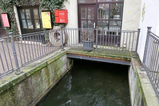 Veel heftig stromende zijarmen van de rivier de Lech, in het oude centrum. Oude watermolens.