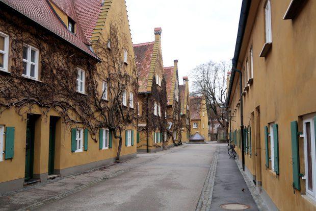 Straatje in de ommuurde wijk 'Fuggerei', de oudste nog werkende vorm van sociale woningbouw ter wereld.