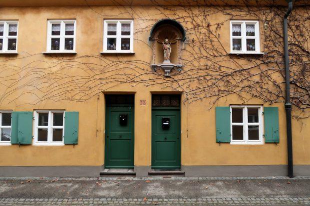 Bewoonde huisjes in de ommuurde wijk 'Fuggerei', de oudste nog werkende vorm van sociale woningbouw ter wereld.