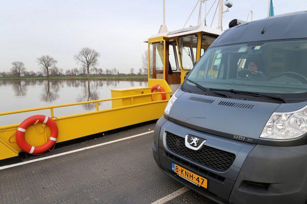 Op de veerboot over de Maas.