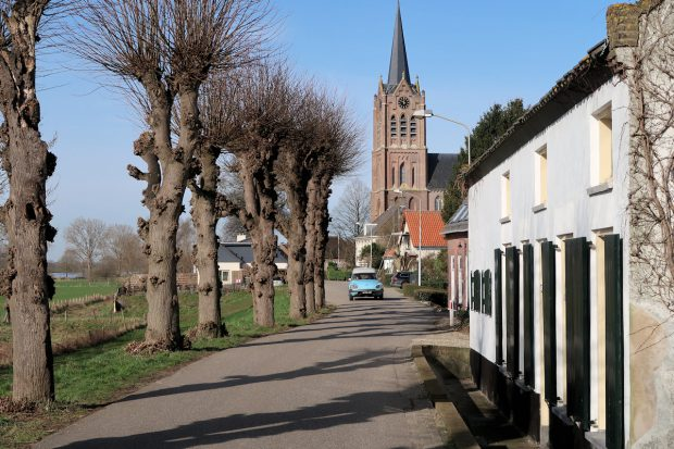 Oude dijkhuisjes in Maasbommel. De Citroën DS die eraan komt is ook niet meer de jongste...