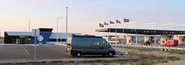 De parkeerplaats bij de ingang van DFDS Seaways in Duinkerken. We overnachten hier, we moeten morgen rond 07.00 uur al in de rij staan.