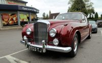 Op de parkeerplaats van de Tesco: een prachtige oude Bentley uit 1956. Ook nog een model waarvan er maar weinig zijn gemaakt...