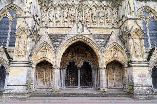 Hoofdingang van de kathedraal van Salisbury.