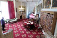 In de woonkamer van de familie Talbot.