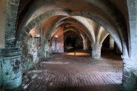 Onder het landhuis: de originele kelders en gewelven van het Augustijner klooster uit 1201.