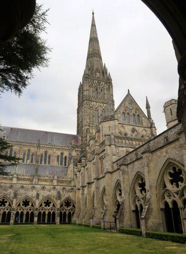 Blik op de toren vanuit de kloostergang.