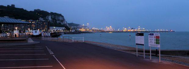Het uitzicht vanaf de boulevard. In de verte de krijtrotsen, daarvoor de ferryhaven.