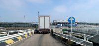 We verlaten het schip. Rondom is het terrein afgezet met hoge hekken en voorzien van prikkeldraad en camera's. Calais is hier niet ver vandaan...