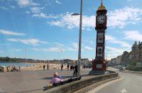 Druk bezocht strand in Wymouth. Foto snel genomen onder het rijden...