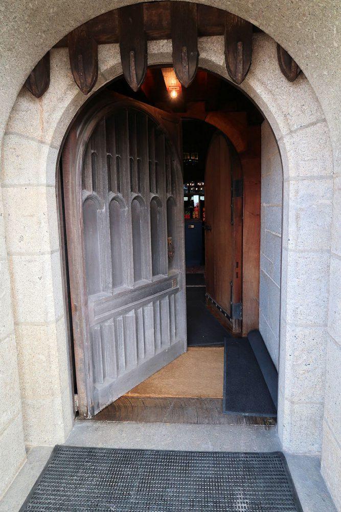 De voordeur van het kateel. Let op het (werkende) valhek...