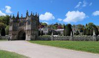 De toegangspoort naar het landhuis/kasteel.
