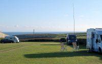 Op de camping met uitzicht op zee. De 10m hoge kortegolf-antenne is voor de radioverbinding met de vrienden thuis in Kampen e.o.