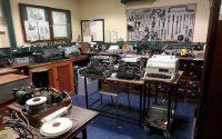Een werkruimte met telegrafie en telexmachines. Rechts op het tafeltje een Siemens T100a, zo eentje heb ik zelf nog gehad in de jaren '80.