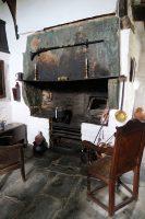 De eeuwenoude vuurplaats mét oven (de opening rechts).