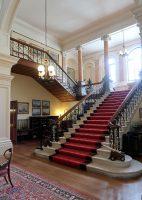 De prachtige hal met de trap om verliefd op te worden!