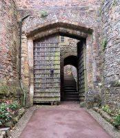 Een oude toegangspoort tot de binnenplaats van het kasteel.