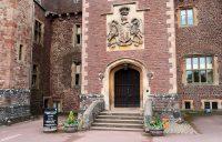 De voordeur van het kasteel. Even wachten tot het 11 uur is...