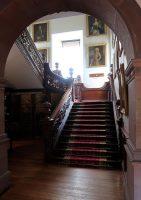 De rijk versierde trap naar de eerste verdieping.
