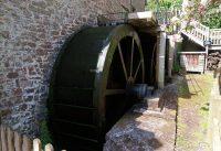 Een molen met een dubbel rad (twee achter elkaar).