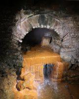 De overloop van het bronnenbad. Dit warme water gaat naar het grote bad.