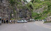 In de Cheddar Gorge zijn scholieren het bergbeklimmen aan het oefenen.