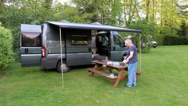 Op de camping doe ik de afwas, die gaat nat mee terug naar de camper waar Femma afdroogt.