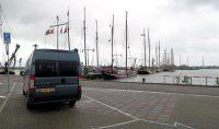 Camperplek aan de haven in Enkhuizen.