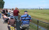Vliegtuigspotters langs de Polderbaan.