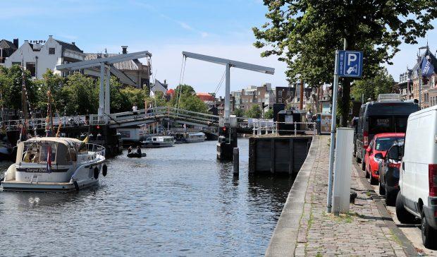 In het hartje van Haarlem, rechts onze bus...