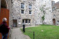 Op de binnenplaats van het kasteel.