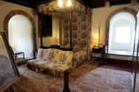 De slaapkamer. De diepe nissen waarin de ramen zitten geven aan hoe dik de muren zijn!
