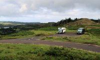 De overnachtingsplaats. Uiterst rechts, in de achtergrond, bevinden zich de 4000 jaar oude Standing Stones.
