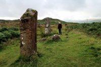 Femma bij de 4000 jaar geleden geplaatste 'standing stones'.