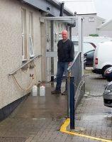 Snel water tanken terwijl we in de rij staan voor de veerboot!