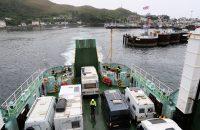 De veerboot verlaat de haven van Mallaig, op weg naar Skye.