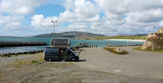 Overnachten aan het haventje, achter de auto het wachthuisje met (o.m.) de WiFi-antennes.
