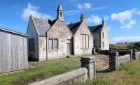 Veel ruïnes en leegstaande gebouwen, zoals dit schooltje uit 1909.