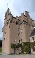 Het compacte, hoge kasteel.