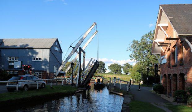Er komt een narrowboat door de brug. Rechts de Inn waar we gaan eten.
