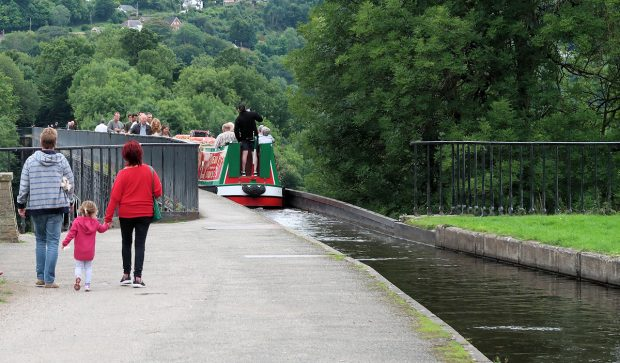 Inderdaad. Daar past een narrowboat doorheen. Je kunt beter geen hoogtevrees hebben...