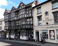 Het Feather hotel, één van de oudste vakwerkgebouwen in Engeland.