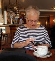 Aan de koffie in het Feathers-café. Even appen...