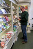 Snowshill Manor is al dicht maar in de shop vind ik nog een aardig boekje.