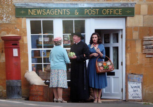 Uit de serie: mrs. McCarthy, Father Brown en Bunty voor het zogenaamde 'postkantoor'.