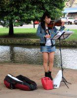 Zelfs de straatmuzikanten komen uit Azië...