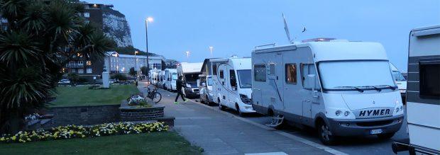 De hele boulevard van Dover, vol met campers...