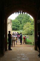 Toegangspoort met origineel valhek, de oudste van Engeland.
