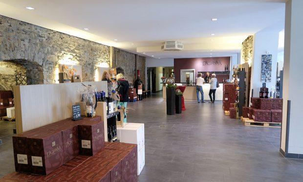 Van binnen een ruim en modern opgezette wijnwinkel.