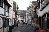 Via kleine straatjes fietsen we Ahrweiler binnen.